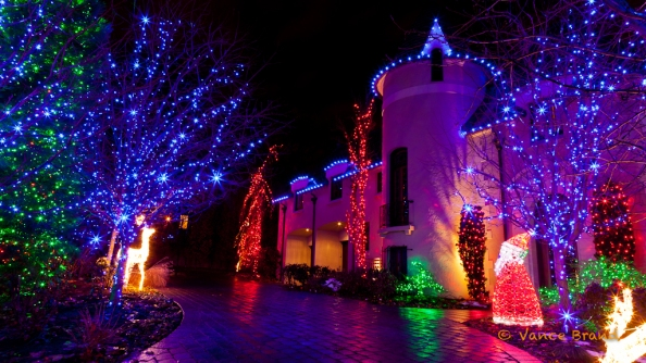2017-12-LED-Christmas-lights-adorn-this-house-in-a-beautiful-display